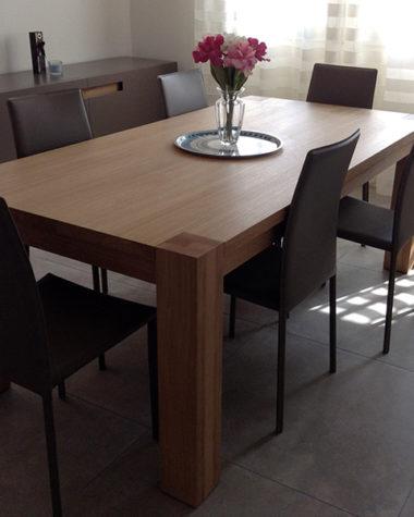 Soggiorno con tavolo in legno