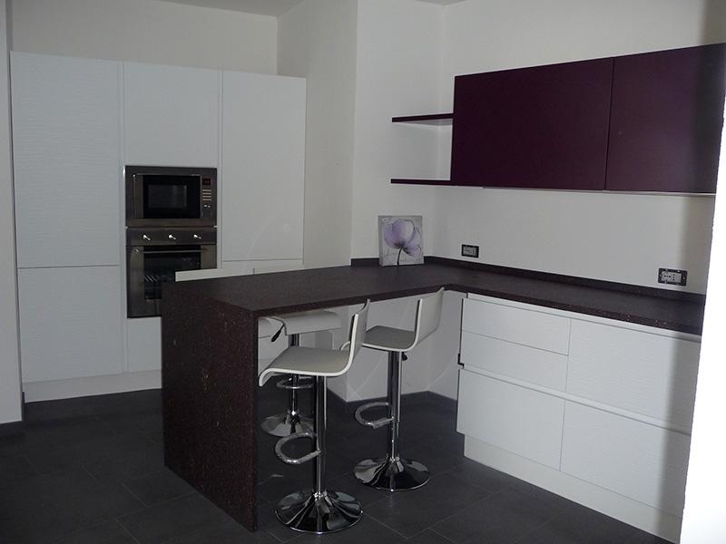 Cucina laccata bianco e viola